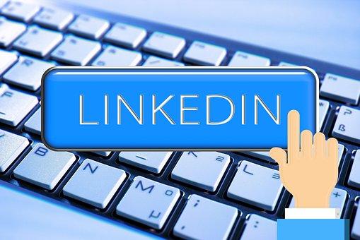 foto di tastiera e linkedin come una delle tattiche di marketing